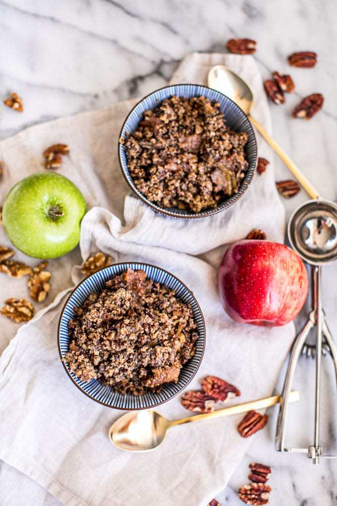 gluten free slow cooker apple crisp recipe made in 1 pot (your crockpot) and full of delicious warming spices and seasonal apples