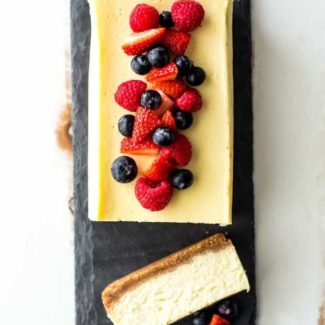 Slow cooker cheesecake with berries